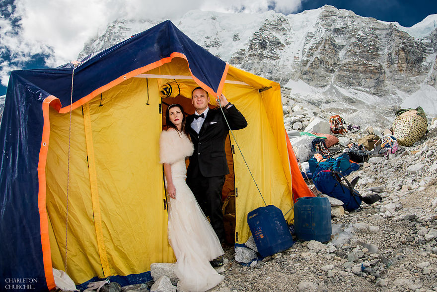 Couple climb and weds on Mount Everest after 3 weeks of hiking. The photos are awesome.
