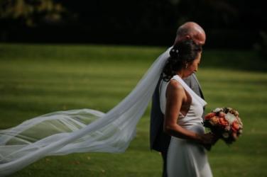 wedding, global-wedding - Bride Gets Wedding Dress Sewn Half-An-Hour Before Wedding